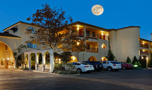 Enjoy a Healdsburg Wine Country Hotel with a Beautiful Tuscan Piazza
